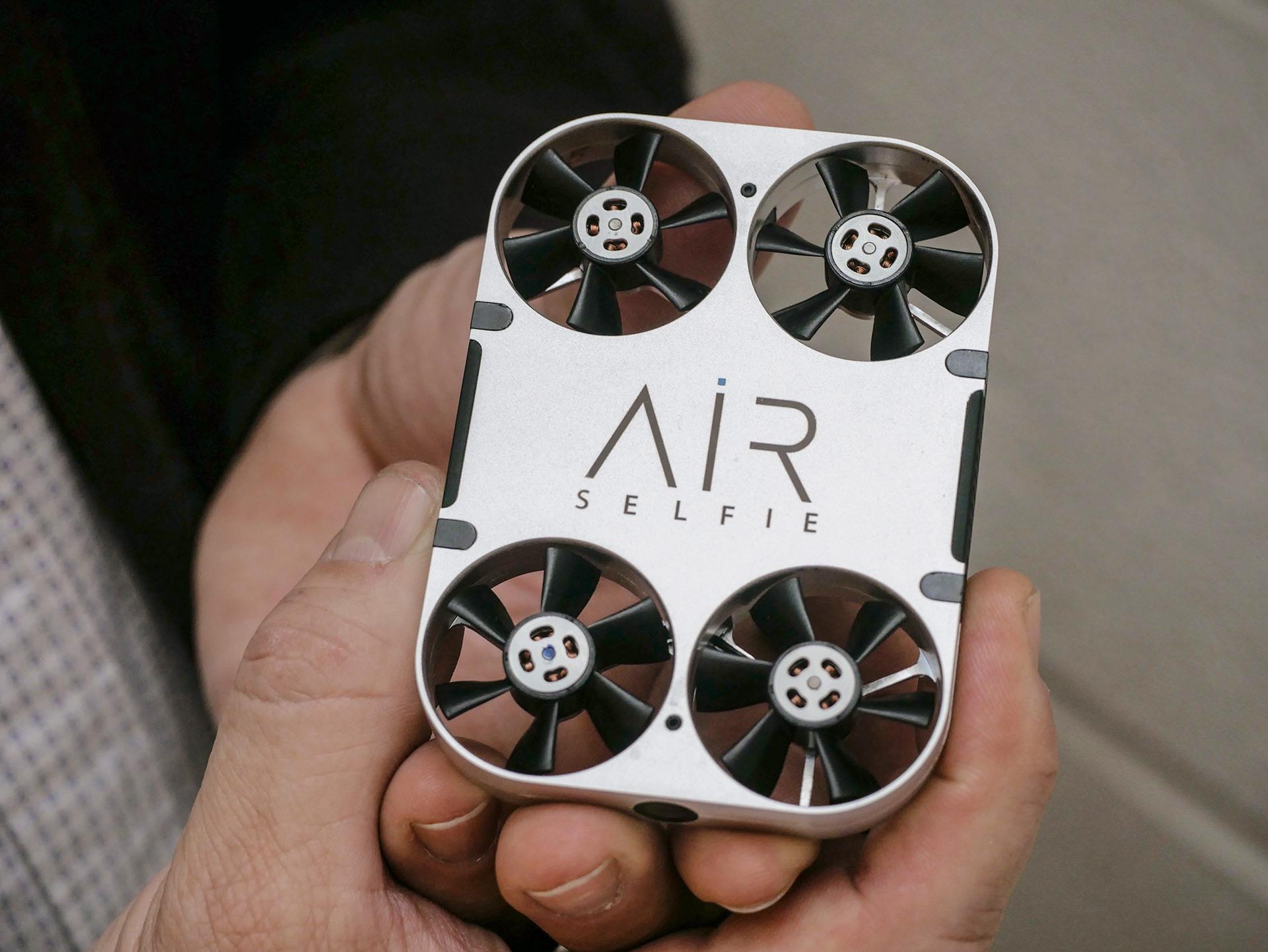 Drone Mini Ini Mudahkan Anda Ber-Selfie Ria