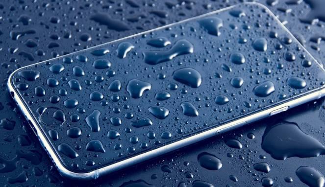 8 Hal yang Harus Dilakukan Ketika Ponsel Terendam Air