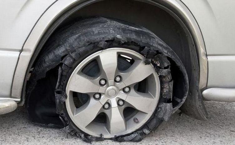 Jangan Rem Mendadak! Ini Tips Tepat Hentikan Mobil Saat Ban Pecah